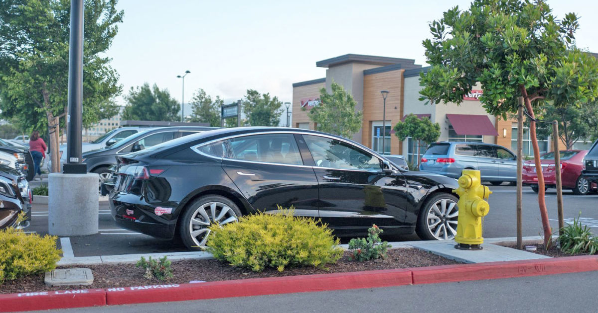 People are struggling to use Tesla's Smart Summon feature safely – Engadget