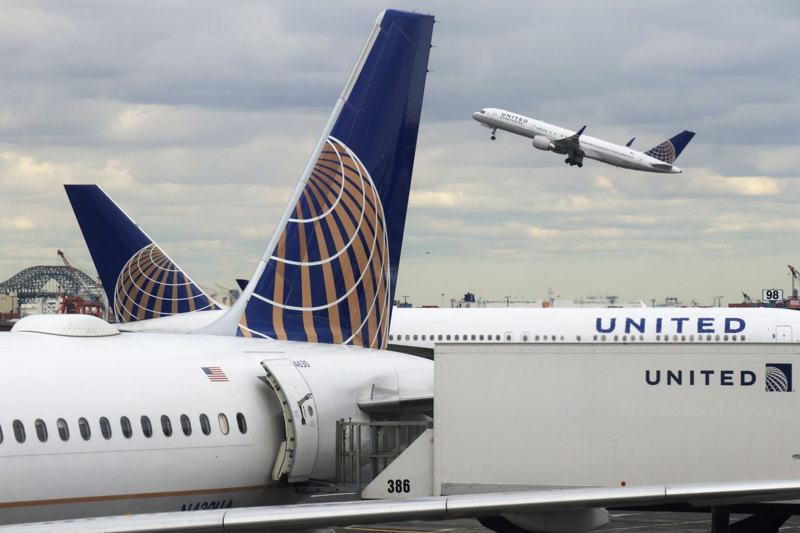 United Airlines shares rise on improved earnings forecast, quarterly beat – CNBC