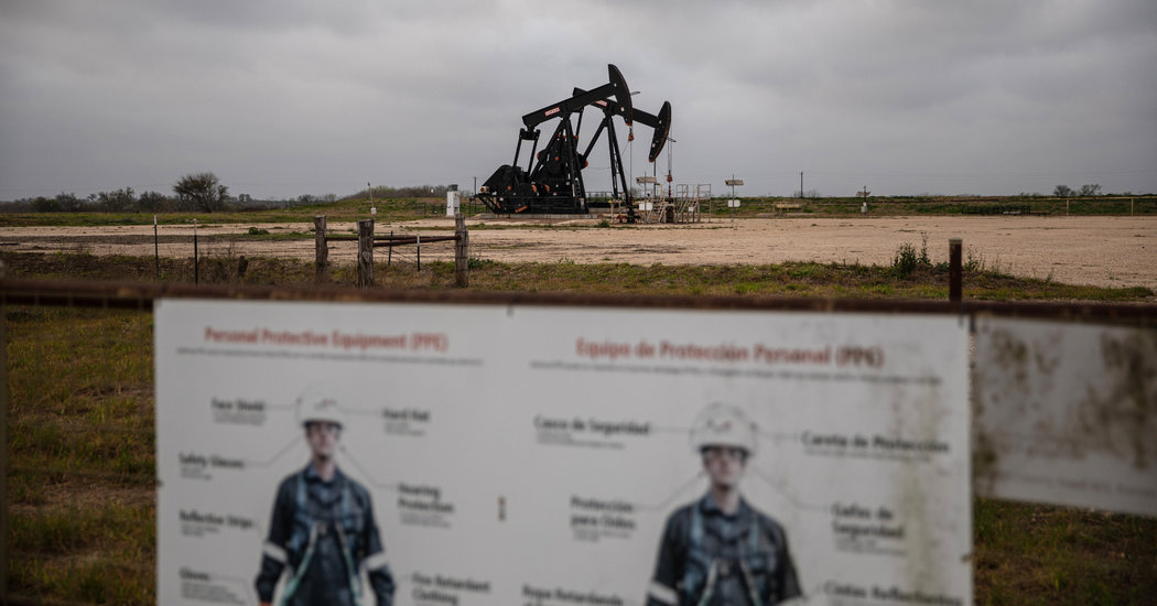 In a Texas Oil Town, Pain but No Panic as Prices Crash – The New York Times